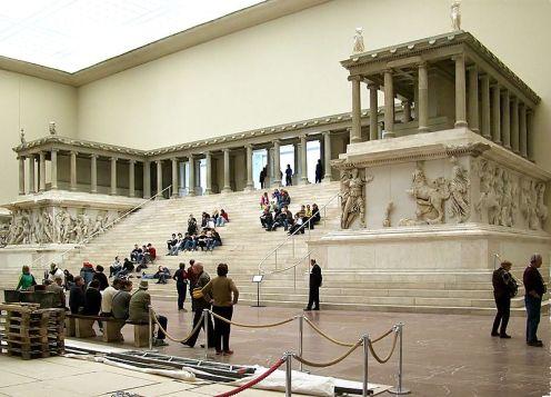800px-pergamonmuseum_pergamonaltar3